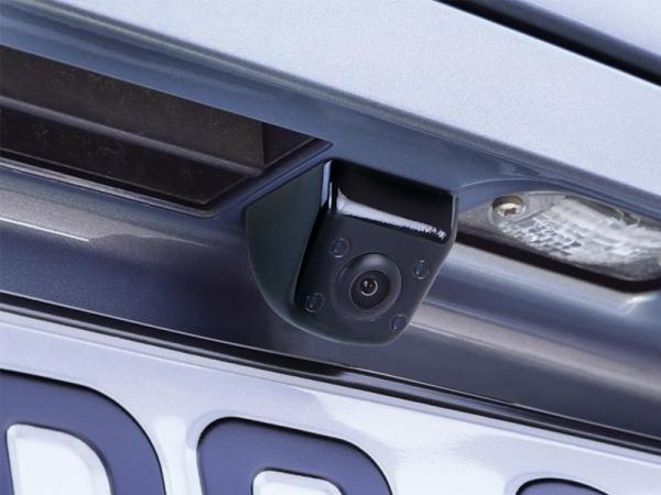 Uniwersalna kamera cofania z linami, kwadratowa, pod podbudowę, obok podświetlenia tablicy.